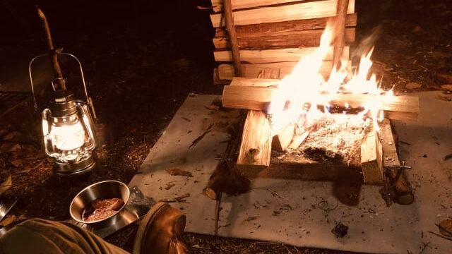 ソロキャンプの焚き火。オイルランタンの柔らかな灯り